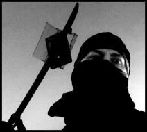 nooz vestito da ninja con spada che trafigge una musicassetta