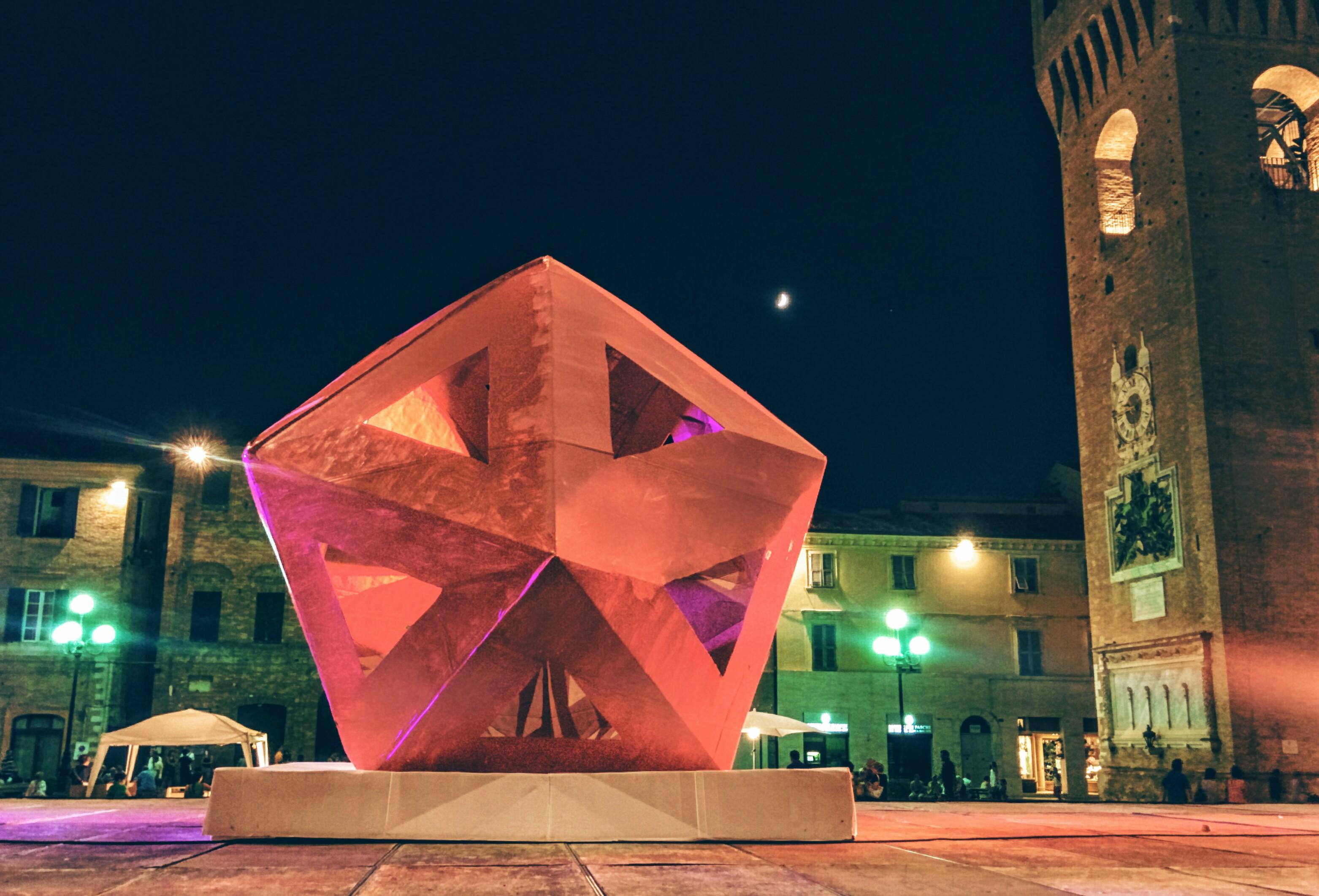 scultura in cartone nella piazza di recanati